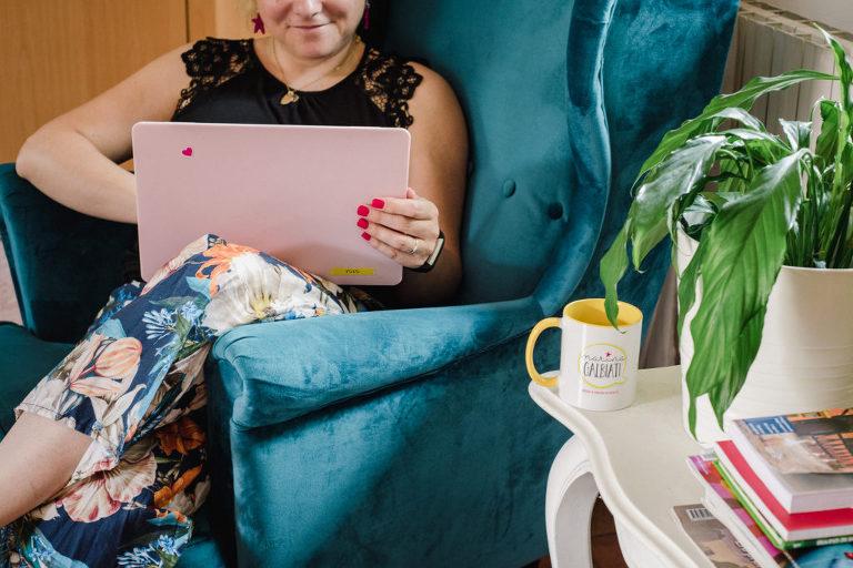 donna sorridente che lavora portatile